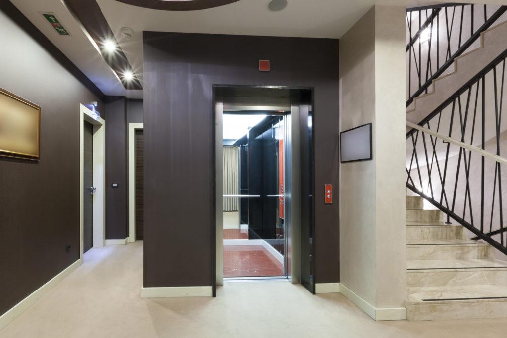 Ascenseur hydraulique dans un immeuble de particuliers